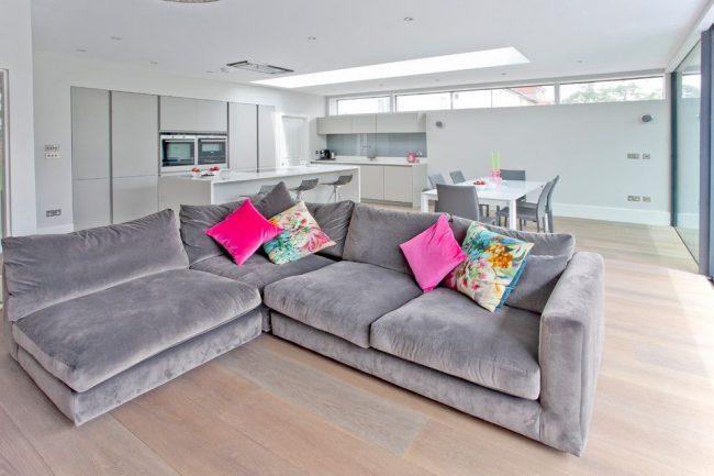 Si la cuisine est grande, vous pouvez y placer un canapé d'angle moelleux et massif.