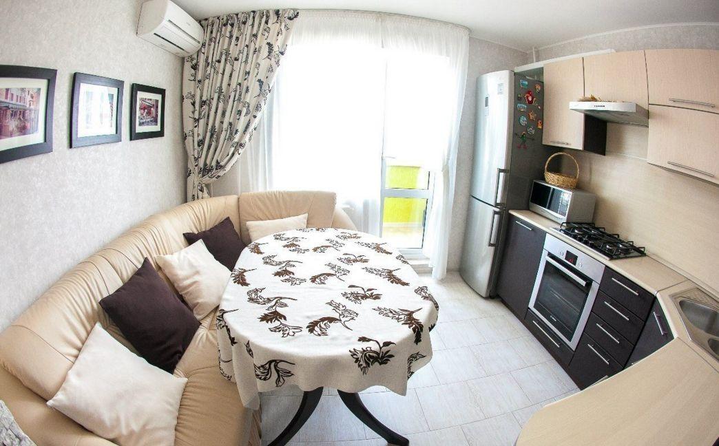 Classique moderne dans la cuisine avec un canapé en cuir beige clair