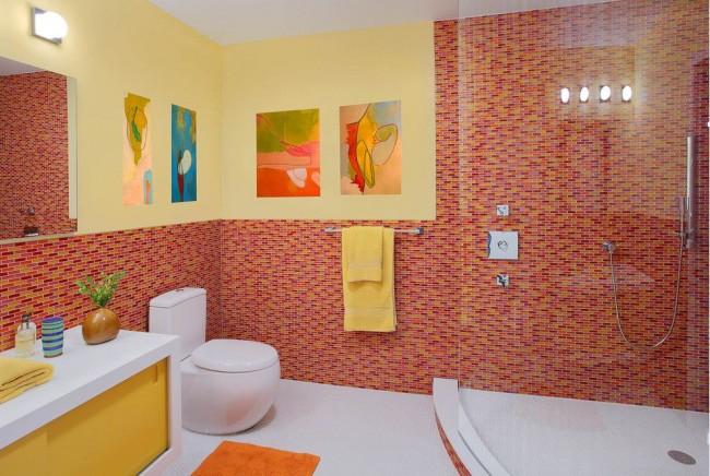 Intérieur lumineux de salle de bains avec toilette