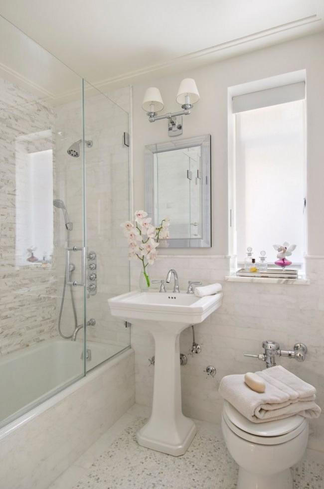 Salle de bain combinée confortable avec WC