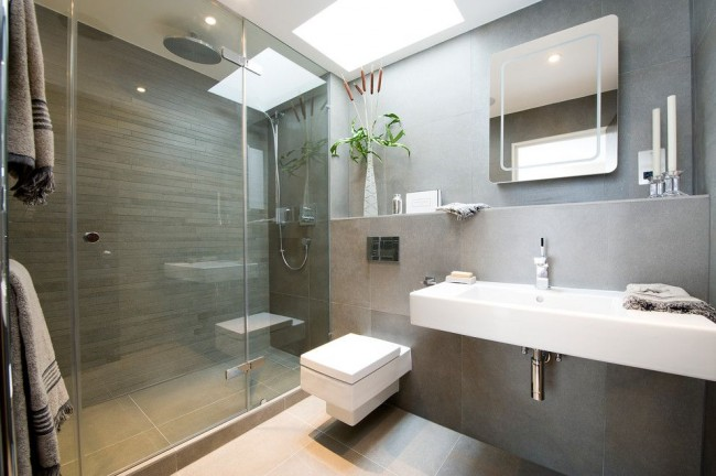 Salle de bain combinée avec lavabo sans marche