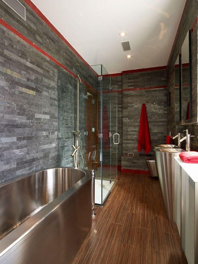 Intérieur de salle de bain élégant avec accessoires chromés
