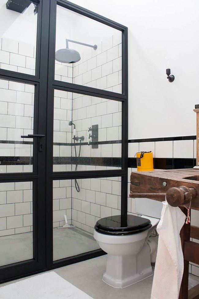 Cabine de douche dans une salle de bain combinée de style loft
