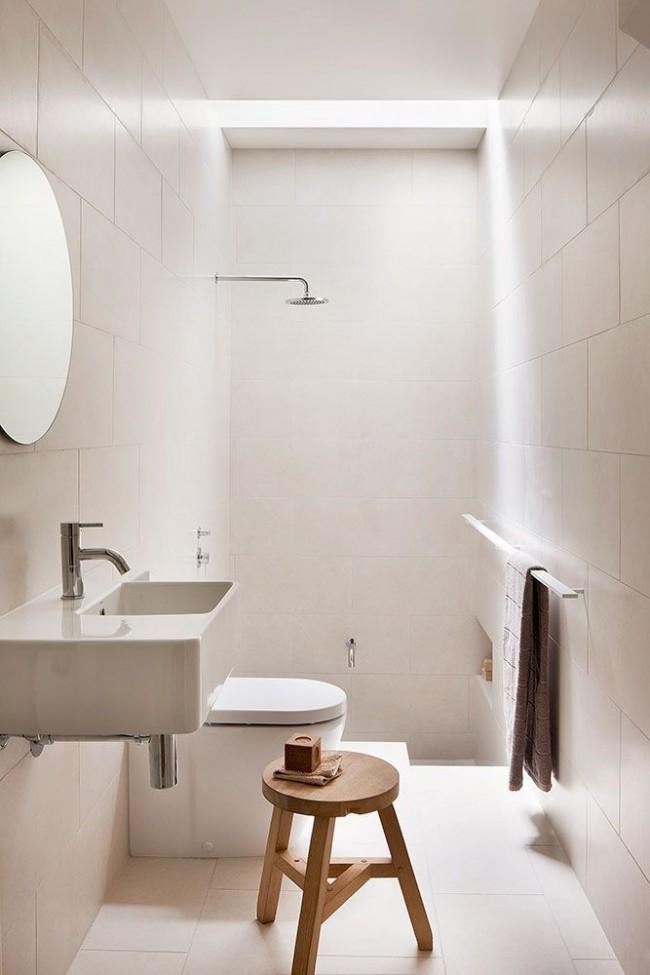 Salle d'hygiène avec toilettes en blanc