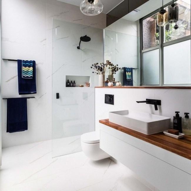 Séparation des toilettes et de la douche avec une cloison vitrée