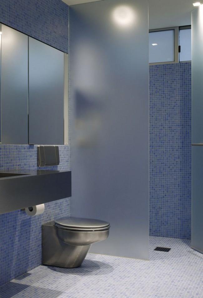 Couleur bleue à l'intérieur de la salle de bain