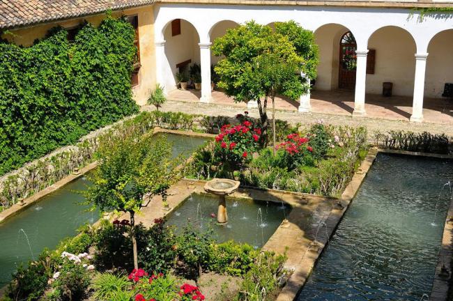 Une abondance de toutes sortes d'éléments de décoration architecturaux et végétaux