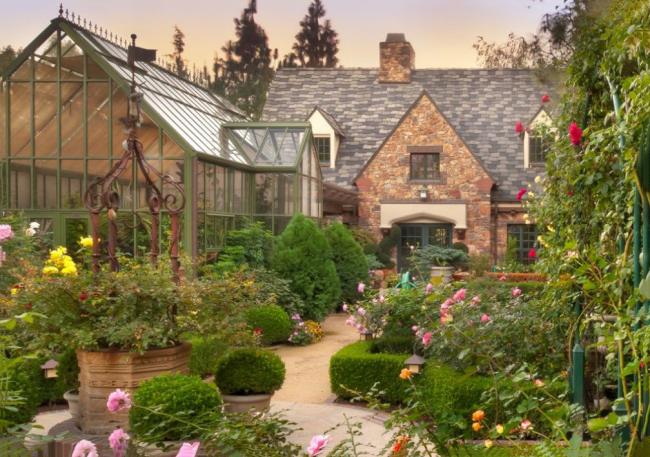 Jardin fleuri coloré avec attirail anglais