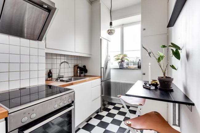 Les couleurs claires agrandissent visuellement la cuisine étroite