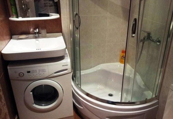 douche et machine sous le lavabo