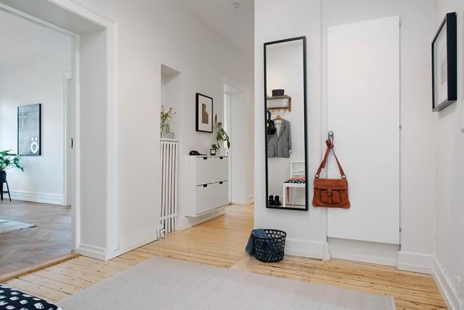 Un couloir lumineux unit les pièces d'un appartement sans créer d'accents inutiles sur lui-même