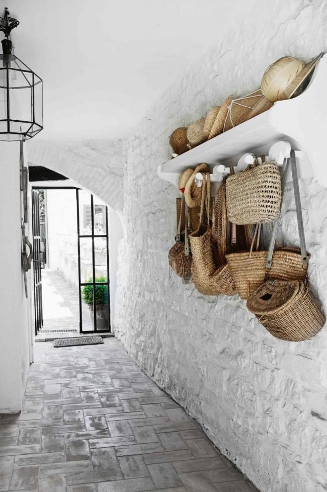 Un couloir très atmosphérique dans une maison privée.  La maçonnerie peinte en blanc augmente l'espace et semble très originale