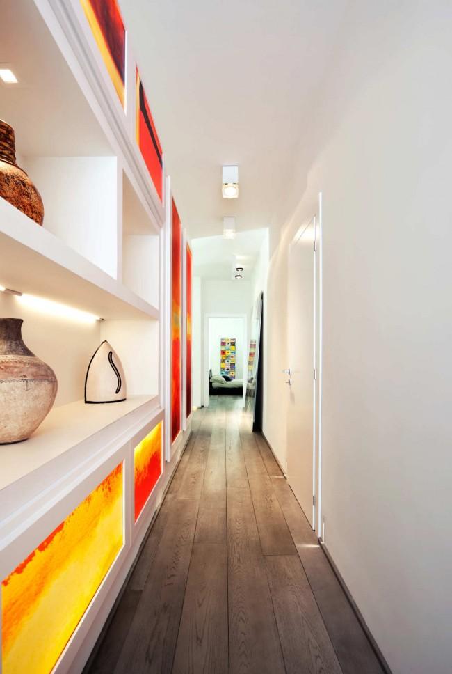 Grande penderie sur tout le mur, avec des panneaux de couleurs vives, dans un couloir étroit