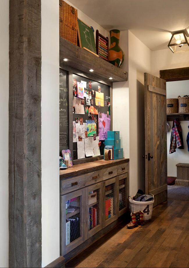 Une armoire en bois spacieuse avec éclairage et un tableau pour les notes rendra le couloir plus pratique