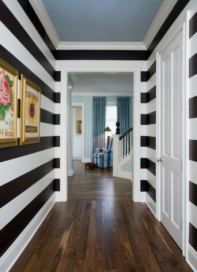 Vous pouvez également combiner le couloir avec le hall en raison de motifs communs à l'intérieur, par exemple sous la forme de rayures sur les murs et dans le rembourrage.