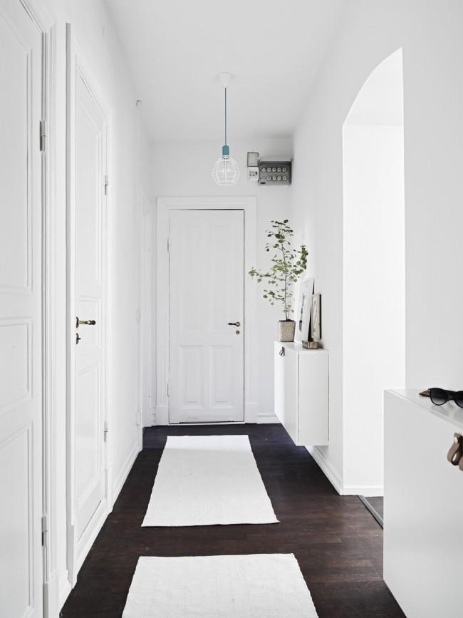 Une combinaison très harmonieuse de murs blancs et d'un parquet en bois naturel foncé