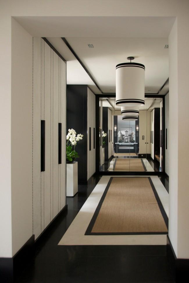 Un grand miroir mur à mur au bout du couloir augmentera visuellement l'espace sans l'encombrer