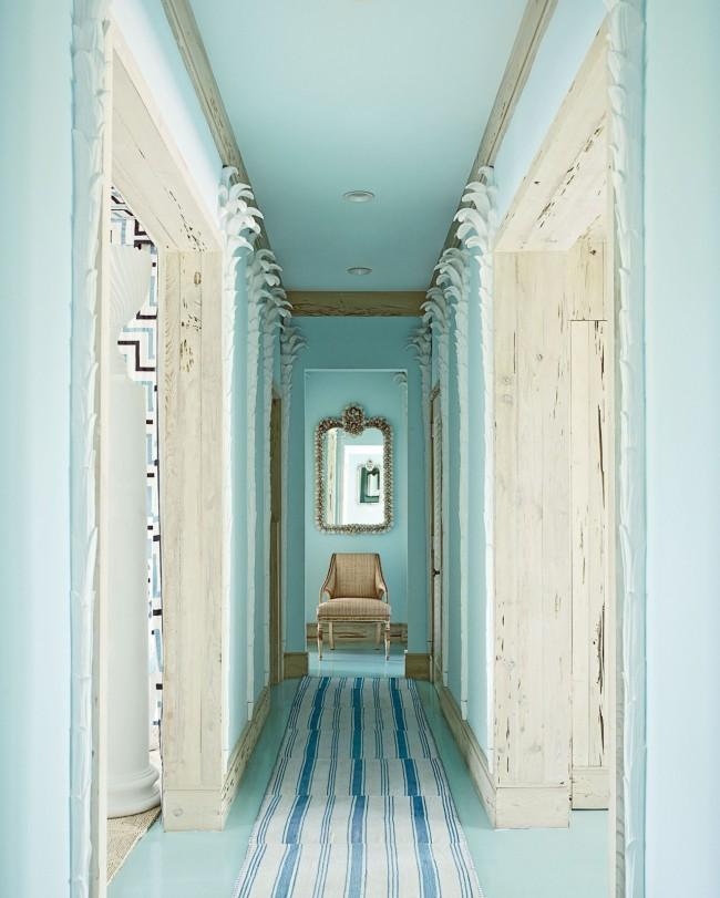 Couloir étroit dans des tons turquoise très délicats avec éclairage ponctuel et portes en bois naturel
