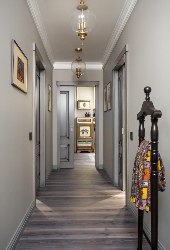 Un couloir étroit aux couleurs claires neutres est parfait pour combiner diverses pièces dans un appartement