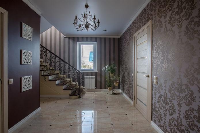 décoration murale dans le couloir à l'intérieur de la maison
