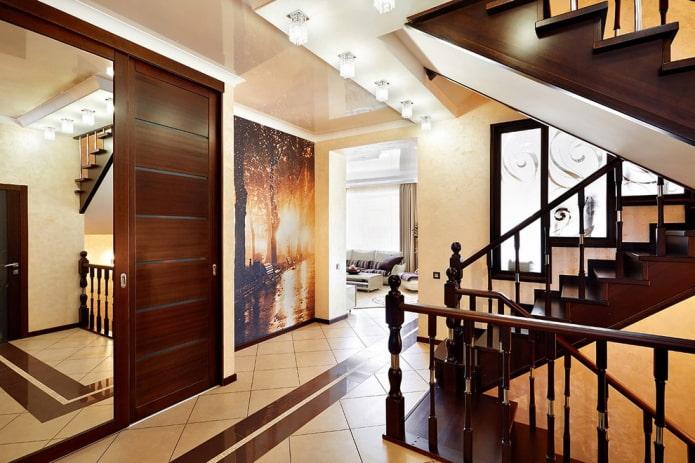 finition du plafond dans le couloir à l'intérieur de la maison