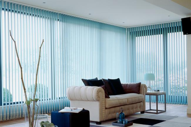 Les stores bleus doux rendront votre intérieur plus cosy