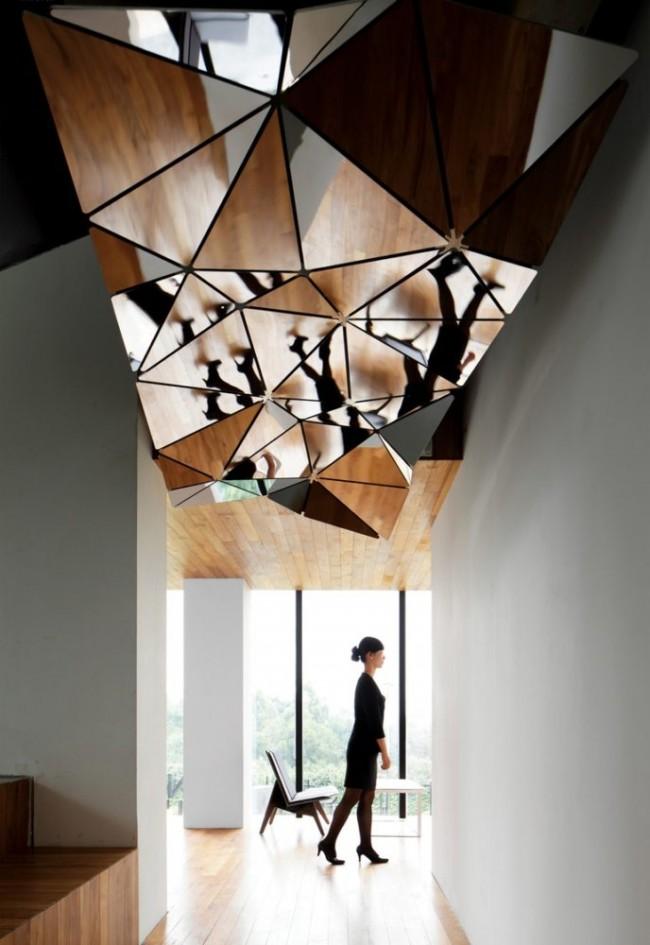 Si vous souhaitez rehausser visuellement le bord du plafond et améliorer l'éclairage, les miroirs de plafond seront une excellente solution de conception.