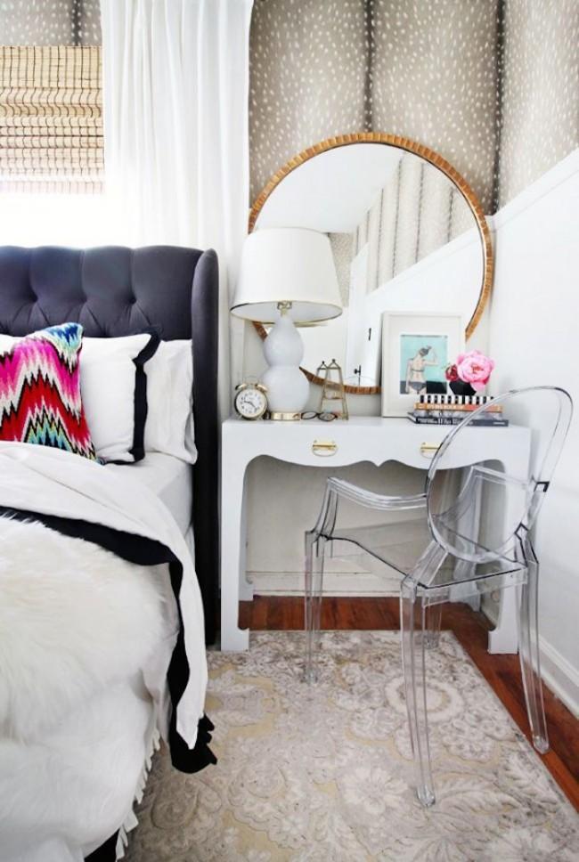 Une armoire avec un miroir peut être utilisée comme alternative au miroir mural habituel
