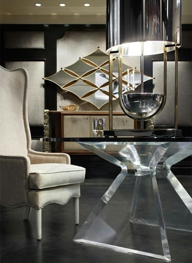 Charme fusion dans la décoration intérieure de la chambre où les miroirs raffinés dans des cadres dorés délicats sont le centre d'attention