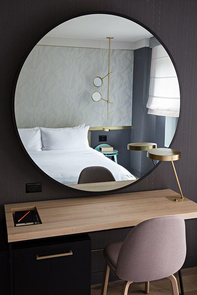 Les miroirs suspendus, sinon une salle de bain, ne conviennent que pour les grandes pièces