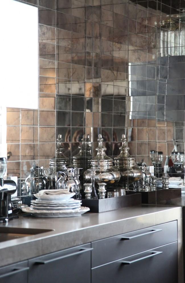 Une combinaison éblouissante de tablier de cuisine en mosaïque et de vaisselle en argent