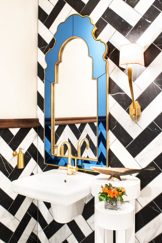 Les miroirs de formes ou de cadres non standard aideront à souligner, compléter et ajouter des éléments décoratifs