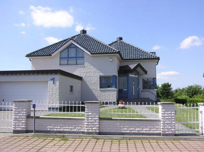 façade texturée blanche d'une maison en brique