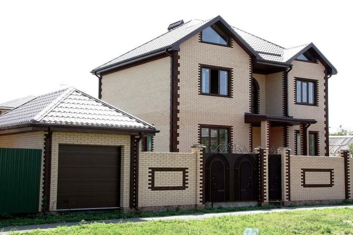 façade d'une maison en brique de style