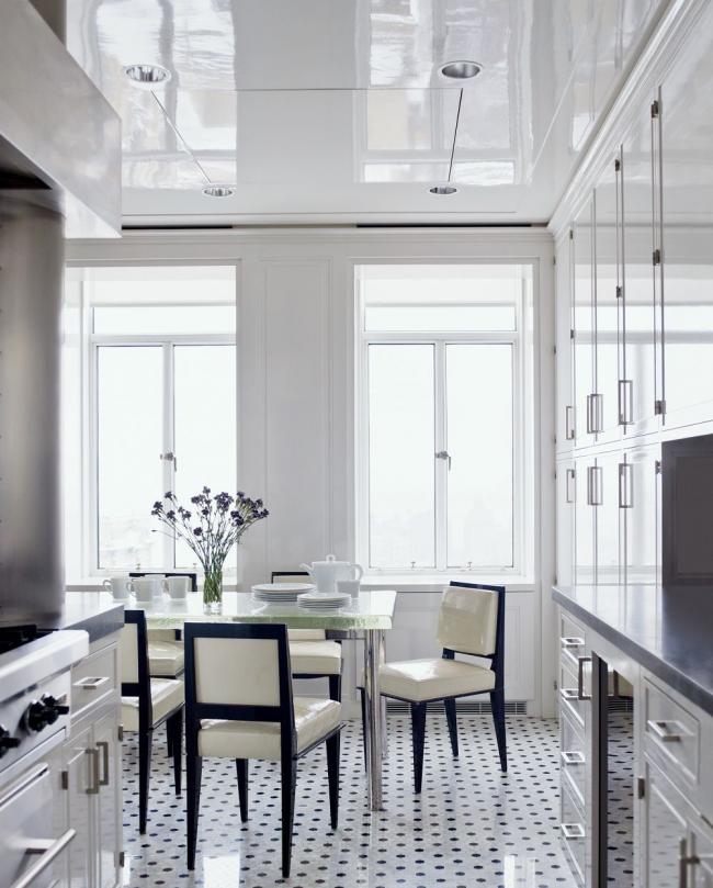 Le brillant blanc comme neige aidera à agrandir visuellement le carré de la pièce