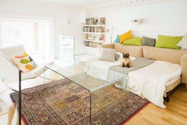 La table basse en verre aidera à rendre l'intérieur plus spacieux