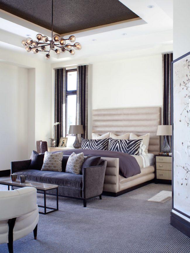 Lit luxueux à l'intérieur d'une chambre-salon classique