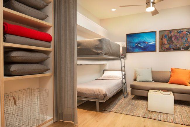 Lit superposé dans un intérieur de chambre à coucher de salon de style classique