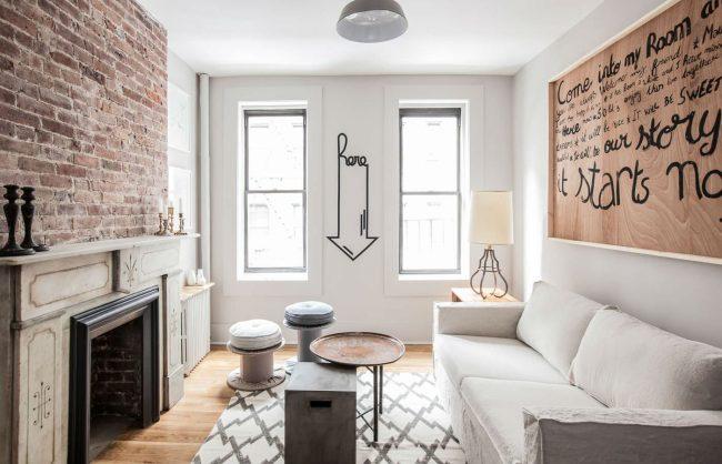 Canapé pliant confortable à l'intérieur de la chambre-salon de style loft