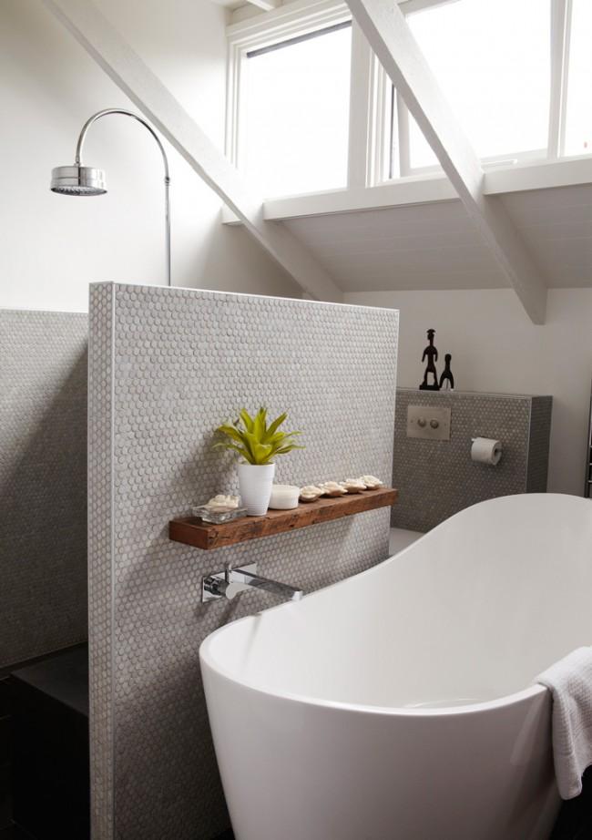 Autre option pour séparer la baignoire et la douche : une cloison en mosaïque d'un mètre et demi