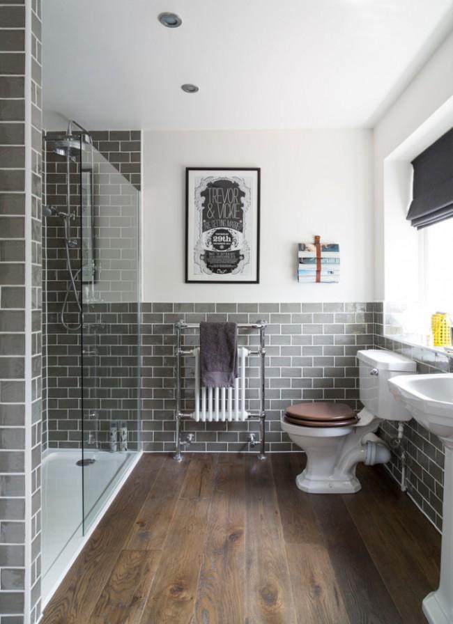 Il existe de nombreuses finitions en bois qui conviennent à la salle de bain.  Ceux-ci incluent, par exemple, les carreaux de vinyle de quartz