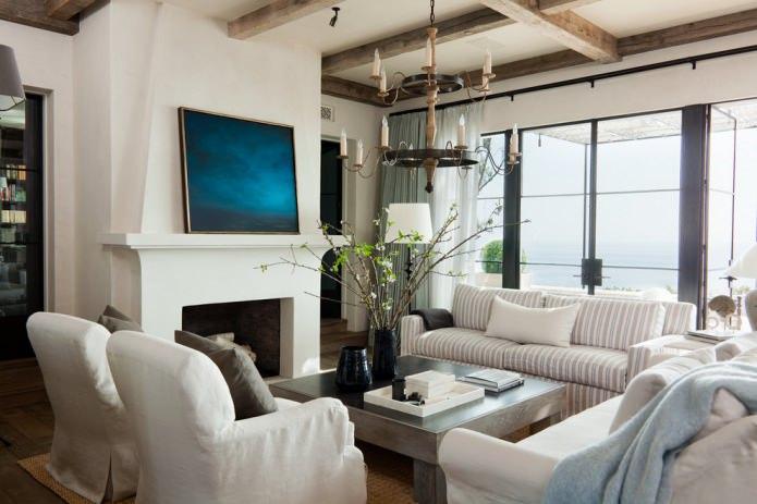 intérieur du salon avec poutres décoratives et lustre suspendu forgé