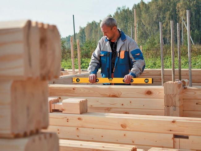 Maisons en bois à partir de bois profilé.  Un grand nombre de rainures dans le type de profilé