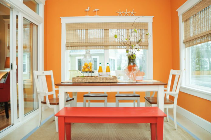 salle à manger aux couleurs orange