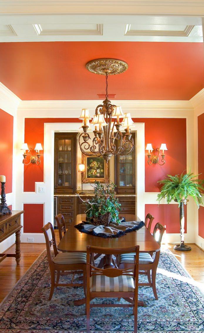 salle à manger classique dans les tons orange