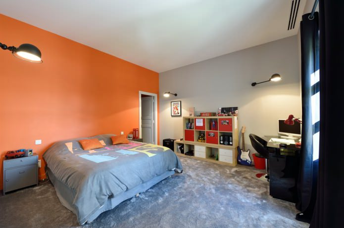 Chambre gris-orange pour un adolescent