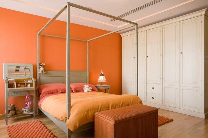 chambre avec mur orange et textiles
