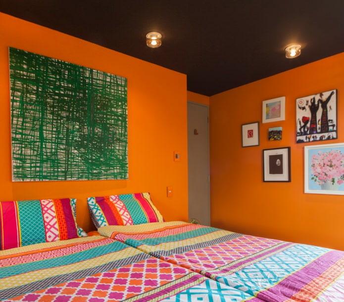 murs orange vif dans la chambre