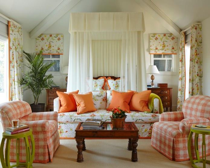 Salon de campagne avec des textiles floraux oranges