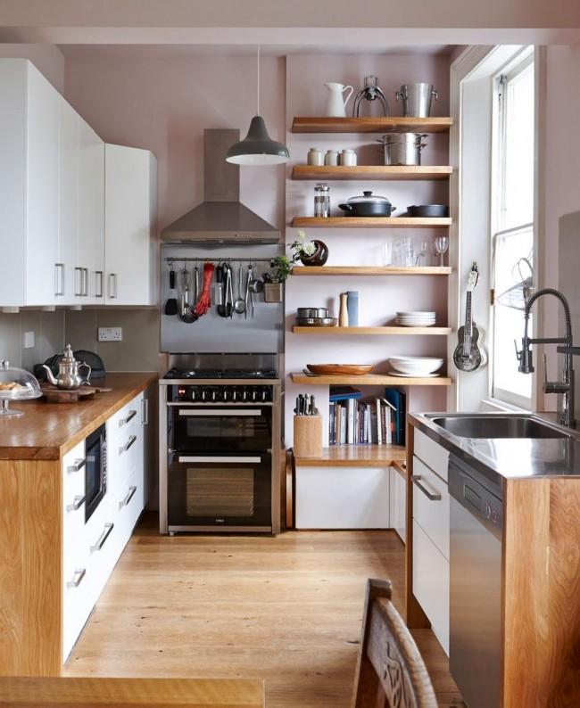 Petite cuisine aux couleurs pastel avec une abondance d'étagères et de tiroirs pour ranger les ustensiles de cuisine